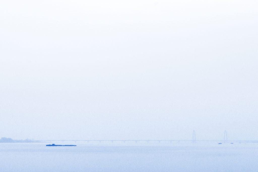 新钱塘江大桥与一艘货运驳船